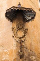 antikes Marienbild an einer römischen Hauswand