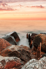 steiniges Ufer im Abendrot