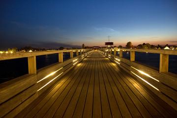 Seebrücke an der Ostsee bei Nacht