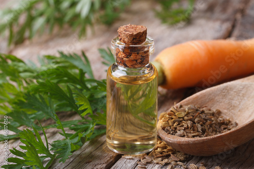 Papiers peints Printemps The essential oil of carrot seeds in a glass bottle macro