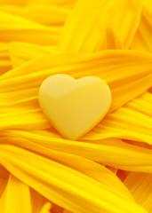 Herz auf Blüten