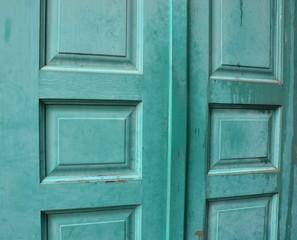 Alte Holztür mit Struktur in Grün