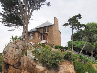 maison sur le granit rose
