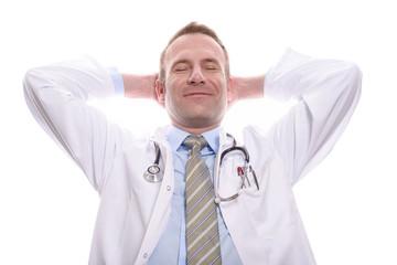 Zufriedener Arzt macht eine Pause und lächelt