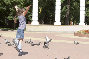 Девочка пытается взлететь как птица