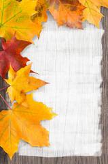 Herbst, Ahornblätter, Holz, plakativer Hintergrund, Rahmen