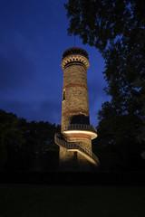 beleuchteter Turm in Wuppertal bei Nacht