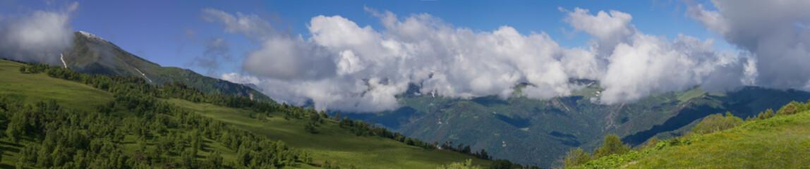 Облачный пейзаж на Западном Кавказе