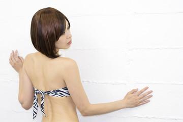 水着のスリムな女性の背中