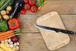 Gemüse zubereiten und schneiden Messer auf Küchenbrett