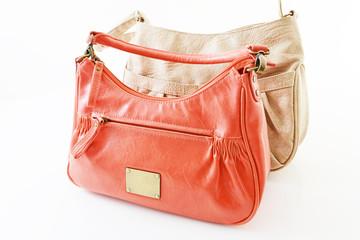 赤とベージュのバッグ