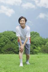 体操をするシニアの女性