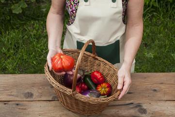 Persona che mostra i prodotti dell'orto