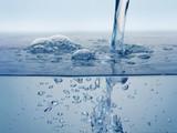 Wasserstrahl ins Waschbecken