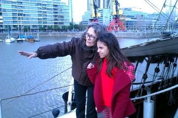 Niña y su abuela en Puerto Madero, Buenos Aires, Argentina