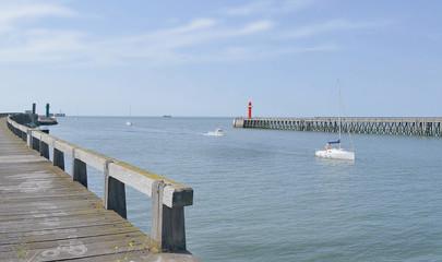 entrée de petits bateaux dans le port de Boulogne sur mer