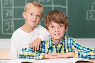 zwei jungen in der grundschule