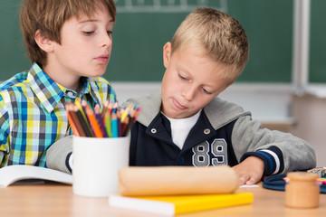 zwei jungen im unterricht in der grundschule