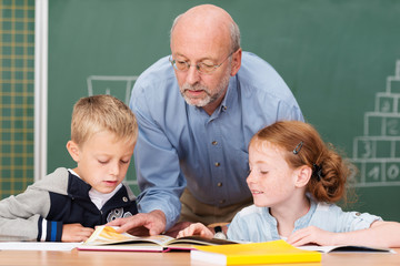 älterer lehrer unterrichtet in der grundschule