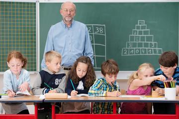 kinder mit lehrer in der schule