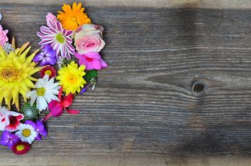 Blütenherz auf Holz