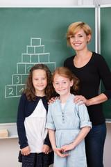 junge lehrerin mit schülern im klassenzimmer