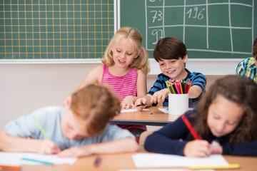 glückliche kinder im unterricht