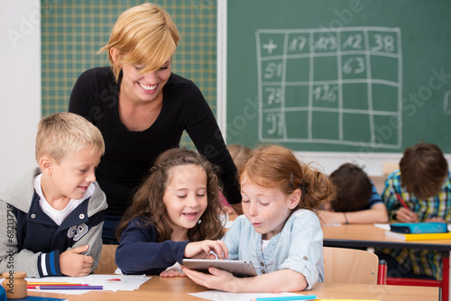 Leinwanddruck Bild kinder benutzen tablet-pc im unterricht