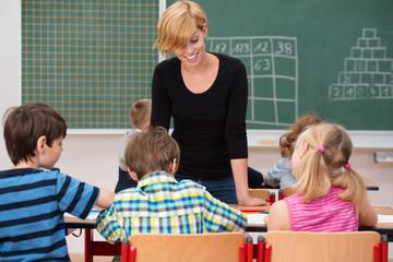 junge lehrerin in der schulklasse
