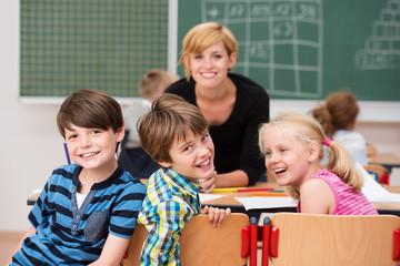 glückliche kinder mit ihrer lehrerin