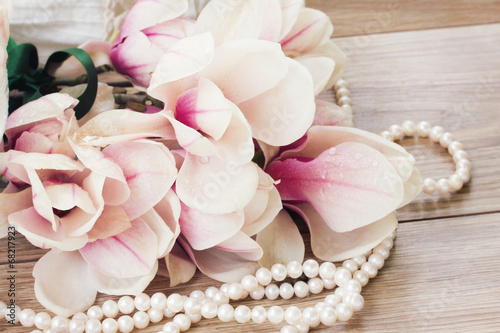 In de dag Magnolia magnolia flowers with pearls
