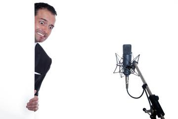 Junger Musiker hat Lampenfieber und Angst zu singen
