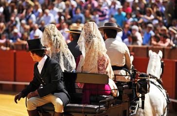 Mujeres españolas con mantilla en un coche de caballos, España