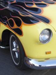 Flammendes Inferno auf einem Hot Rod der Fünfziger Jahre