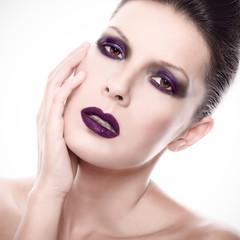 Schöne Frau mit dunklem gothic Make up