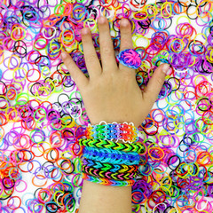 fond loom bands et main