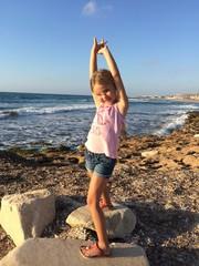 bambina sulla riva del mare