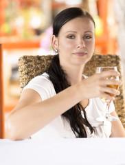 Femme avec une bière