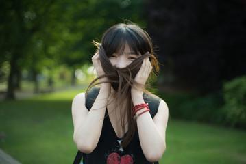 Красивая девушка в парке