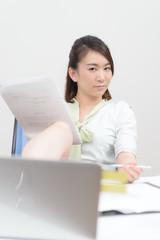書類を見る女性