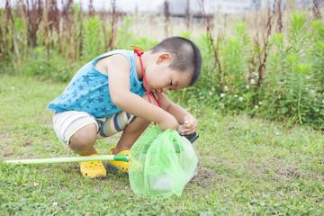 昆虫採集する子供
