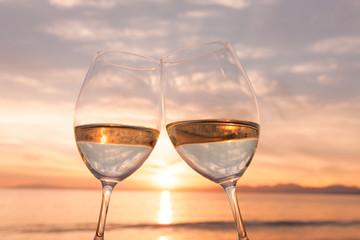 夕暮れのビーチで乾杯