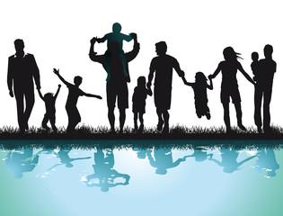 Fröhliche Eltern mit Kinder am Wasser