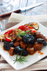 Beef with prunes and vegetables