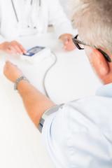beim arzt den blutdruck kontrollieren lassen