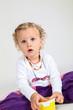 canvas print picture - kleines Mädchen spielt mit Plastik Dose