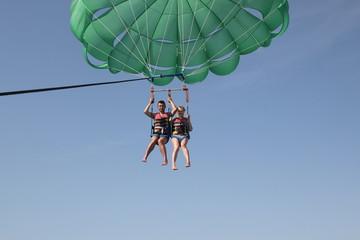 туристы на парашюте