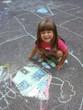 bambina che disegna con i gessetti