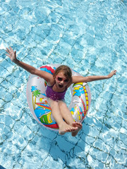 Mädchen in einem Schwimmreifen