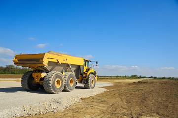 Riesiger LKW Muldenkipper auf Baustelle